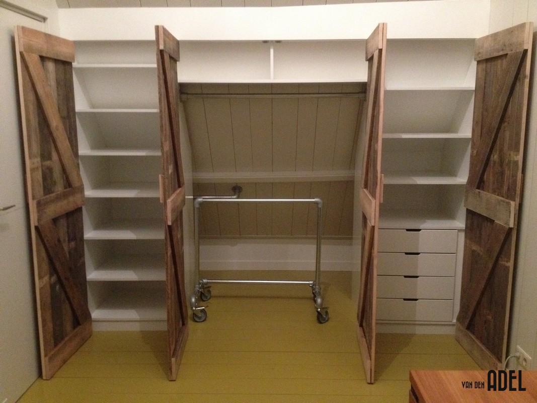 Inbouw kledingkast onder schuin dak met steigerbuis delen - van den ...