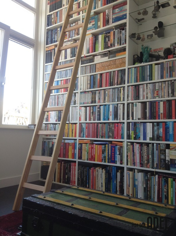 Hoge Kast Voorzien Van Houten Ladder Met Rails Van Den