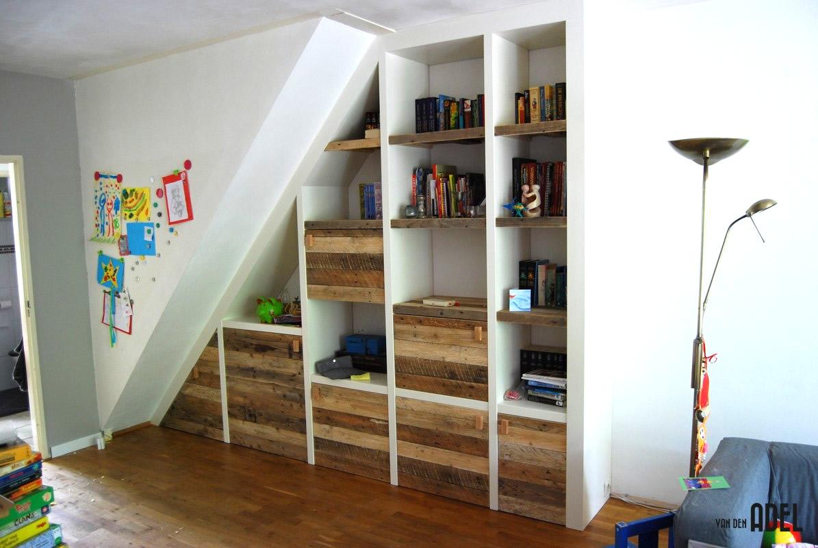 Inbouw vakken kast met sloophout deuren en legplanken onder
