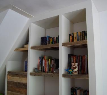 Inbouw vakken kast met sloophout deuren en legplanken onder schuin dak06