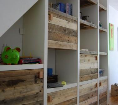 Inbouw vakken kast met sloophout deuren en legplanken onder schuin dak20