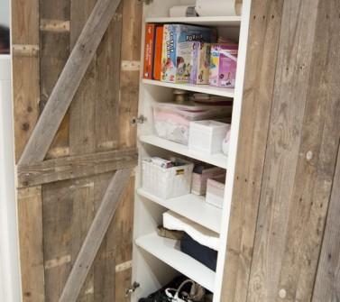 Inbouwkast met sloophout deuren onder schuin dak 01