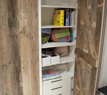 Inbouwkast met sloophout deuren onder schuin dak 02