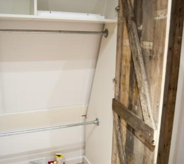 Inbouwkast met sloophout deuren onder schuin dak 03