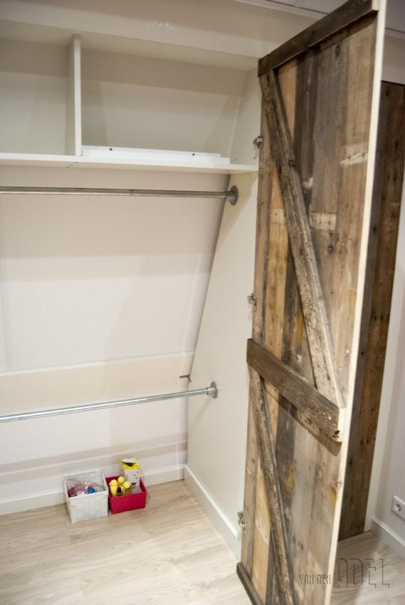 Inbouwkast met sloophout deuren onder schuin dak   van den Adel   Meubels op maat