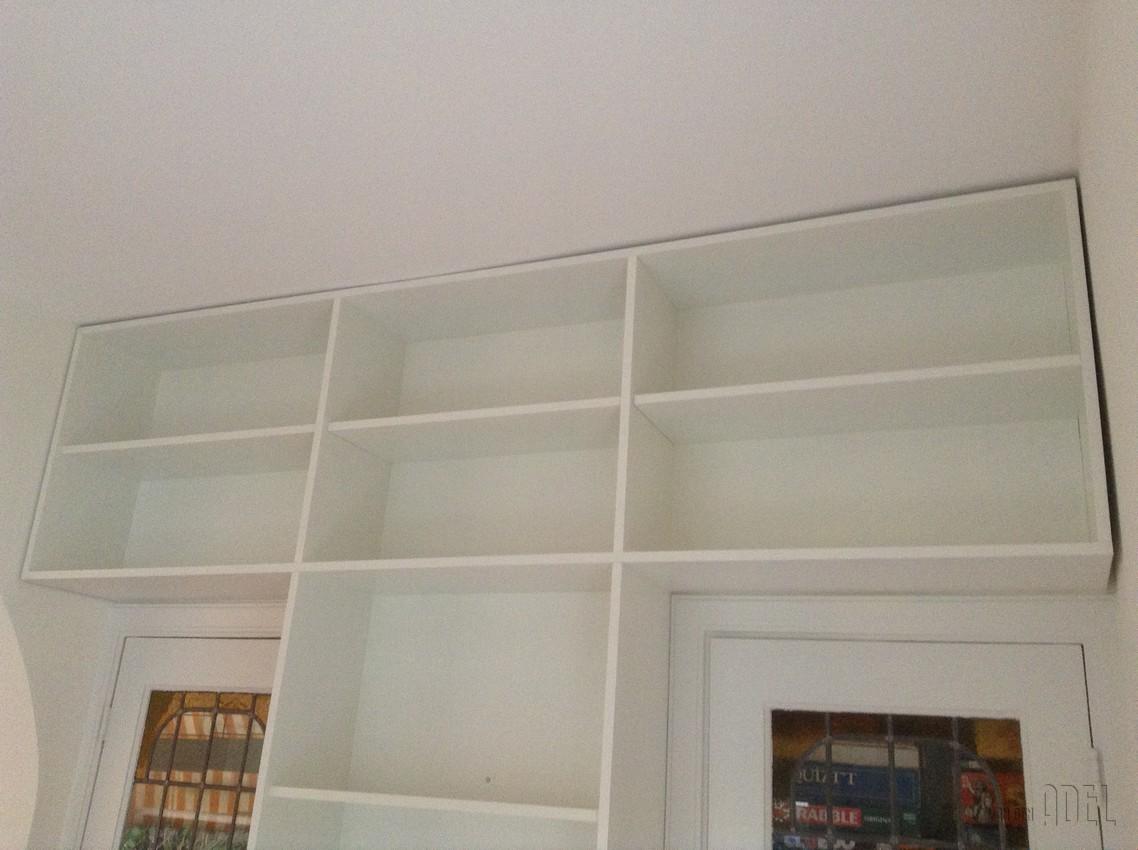 T boekenkast op maat tussen deuren met ladeblok voor tv van