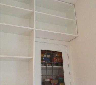 T-boekenkast op maat tussen 2 deuren met ladeblok voor tv09