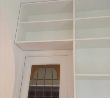 T-boekenkast op maat tussen 2 deuren met ladeblok voor tv10