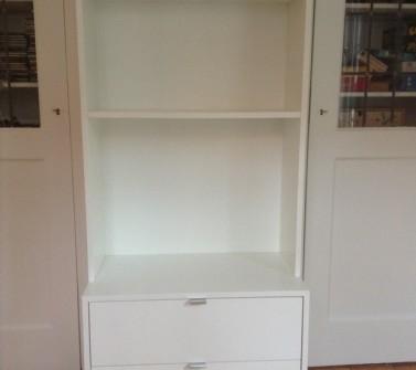T-boekenkast op maat tussen 2 deuren met ladeblok voor tv12