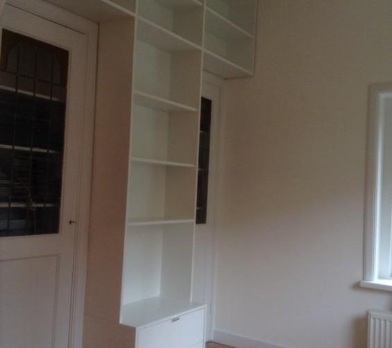 T-boekenkast op maat tussen 2 deuren met ladeblok voor tv14