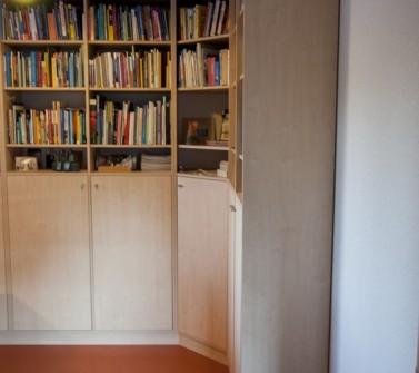 Boekenkast van meubelpanelen hoekopstelling 01