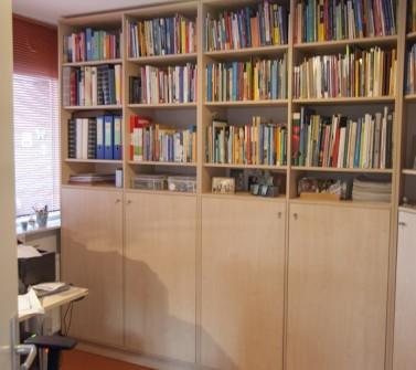 Boekenkast van meubelpanelen hoekopstelling 02