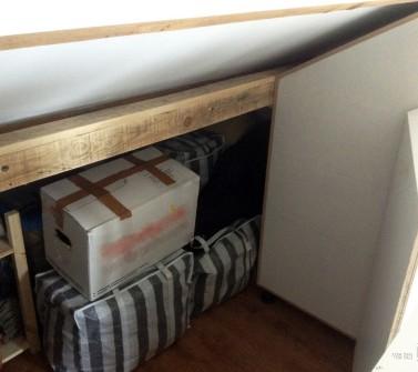 Deels verrijdbare garderobekast onder schuin dak zolder sloophout deuren white-wash 02