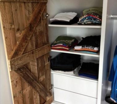 Deels verrijdbare garderobekast onder schuin dak zolder sloophout deuren white-wash 09