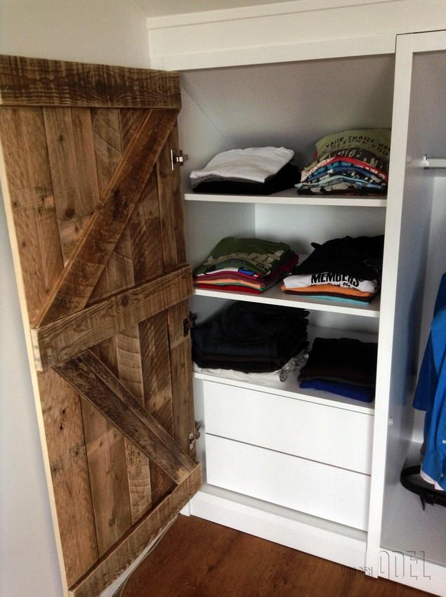 Deels verrijdbare garderobekast onder schuin dak zolder sloophout deuren white wash   van den