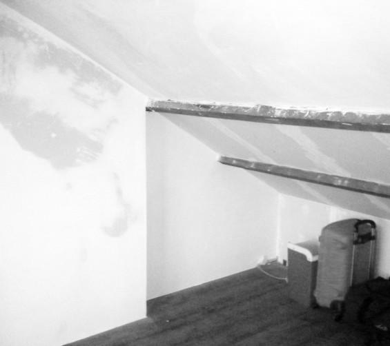Deels verrijdbare garderobekast onder schuin dak zolder sloophout deuren white-wash oude situatie1