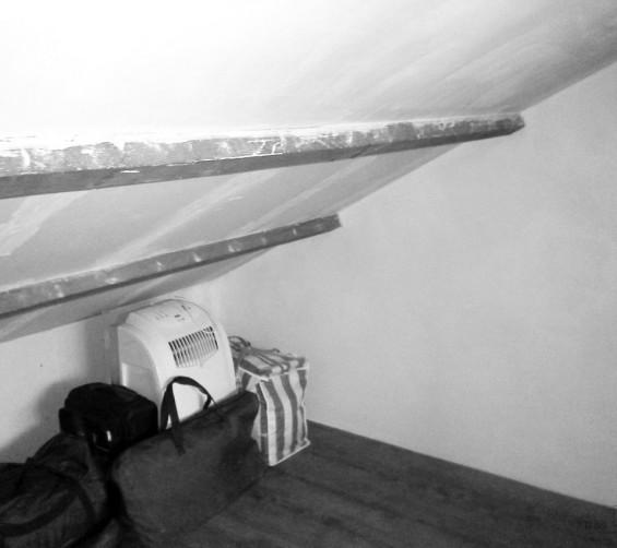 Deels verrijdbare garderobekast onder schuin dak zolder sloophout deuren white-wash oude situatie2
