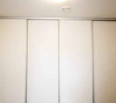 Bijkeuken kast rondom wasmachine droger softclose schuifdeuren wit strak 07