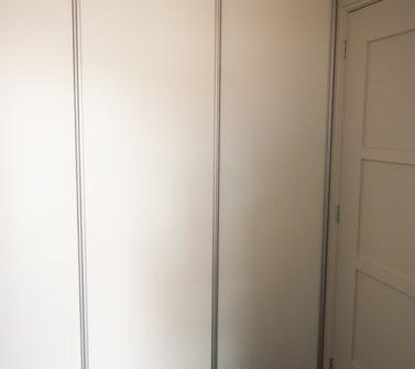 Bijkeuken kast rondom wasmachine droger softclose schuifdeuren wit strak 10