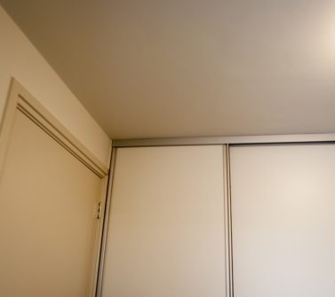 Bijkeuken kast rondom wasmachine droger softclose schuifdeuren wit strak 11