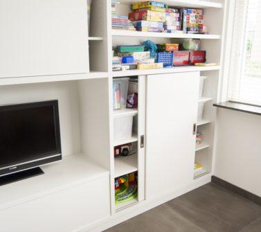 Speelgoedkast op maat met tv ruimte schuifdeuren push-to-open lade wit 01