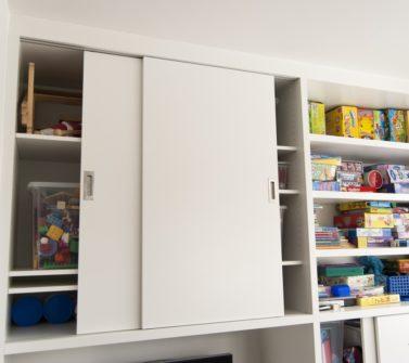 Speelgoedkast op maat met tv ruimte schuifdeuren push-to-open lade wit 02