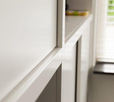 Speelgoedkast op maat met tv ruimte schuifdeuren push-to-open lade wit 05