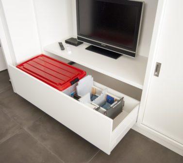 Speelgoedkast op maat met tv ruimte schuifdeuren push-to-open lade wit 08