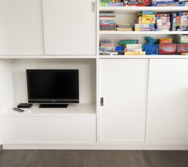 Speelgoedkast op maat met tv ruimte schuifdeuren push-to-open lade wit 12