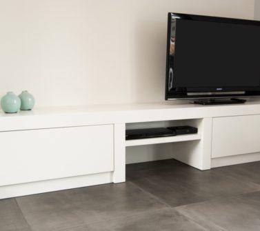 Wit strak tv meubel op maat met dik bovenblad incl push-to-open laden 01