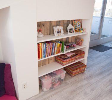 Kinderkamer met sloophout kasten en lambrisering 15