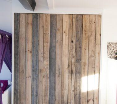 Kinderkamer met sloophout kasten en lambrisering 21