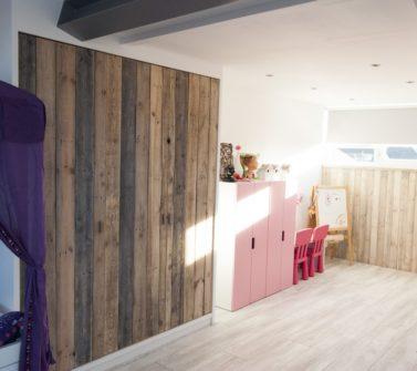 Kinderkamer met sloophout kasten en lambrisering 23