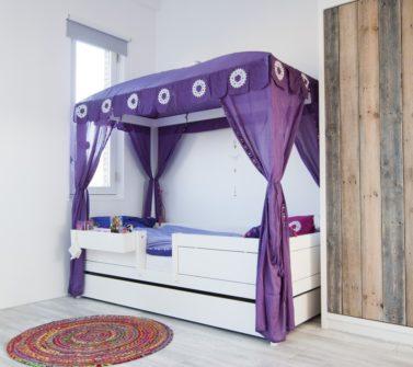Kinderkamer met sloophout kasten en lambrisering 26