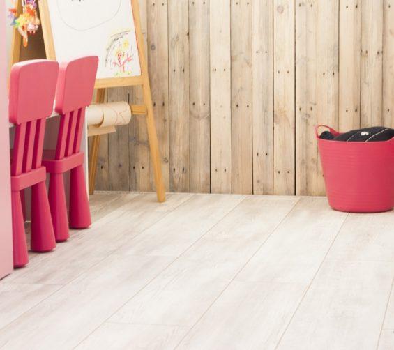 Kinderkamer met sloophout kasten en lambrisering 37