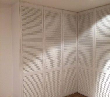 Maatwerk garderobekast met nieuwe witte louvredeuren incl roedelift en push-to-open 06