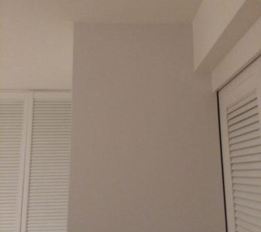 Maatwerk garderobekast met nieuwe witte louvredeuren incl roedelift en push-to-open 08