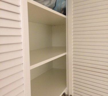 Maatwerk garderobekast met nieuwe witte louvredeuren incl roedelift en push-to-open 09